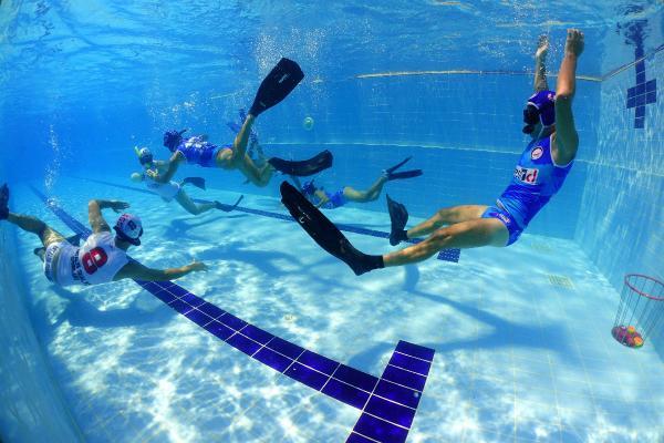 Uygun havuz olmayınca denizde antrenman yapıyorlar