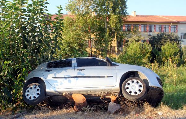 Park halindeyken hareket eden otomobil yayalara çarptı: 3 yaralı