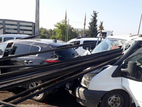 Kazada kamyonetten fırlayan demir çubuklar öndeki araçlara saplandı