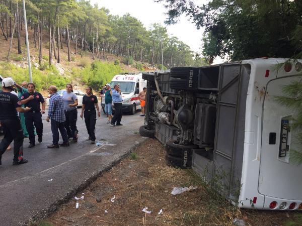 Antalya'da Kemer yolunda turist taşıyan midibüs devrildi
