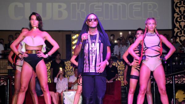 Ünlü hiphopçu Baby Brown Kemer'de konser verdi