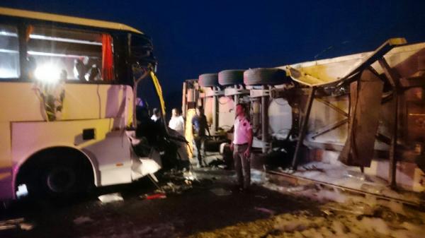Alanya'da turist otobüsü TIR'a çarptı: 1 ölü, 12 yaralı