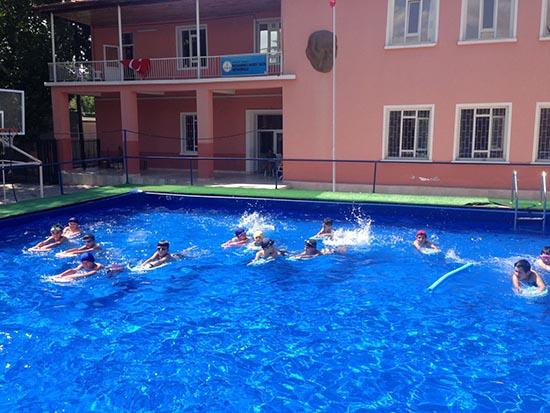 Büyükşehir, çocuklara yüzme öğretiyor