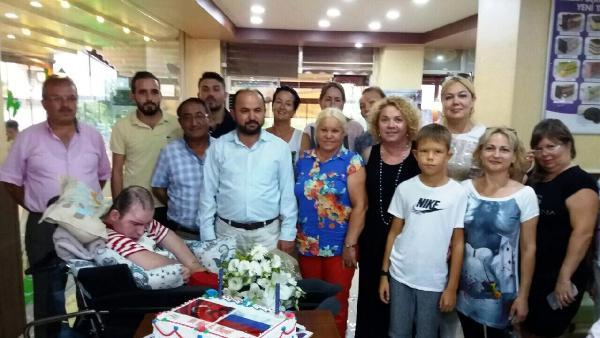 Türk ve Rus anneler 'Umut' için pasta kesti