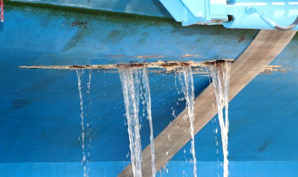 Su alan tur teknesi batma tehlikesi geçirdi