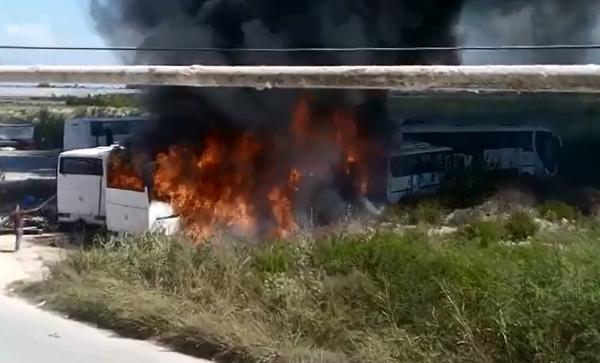 Park alanında yangın çıktı, 4 araç yandı