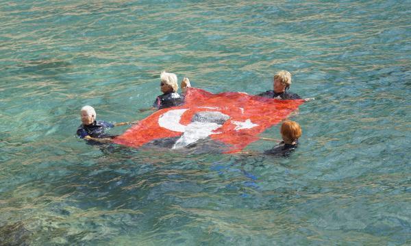 Denizde Türk bayrağı açan kadınlar, 'cumhuriyet'i kutladı