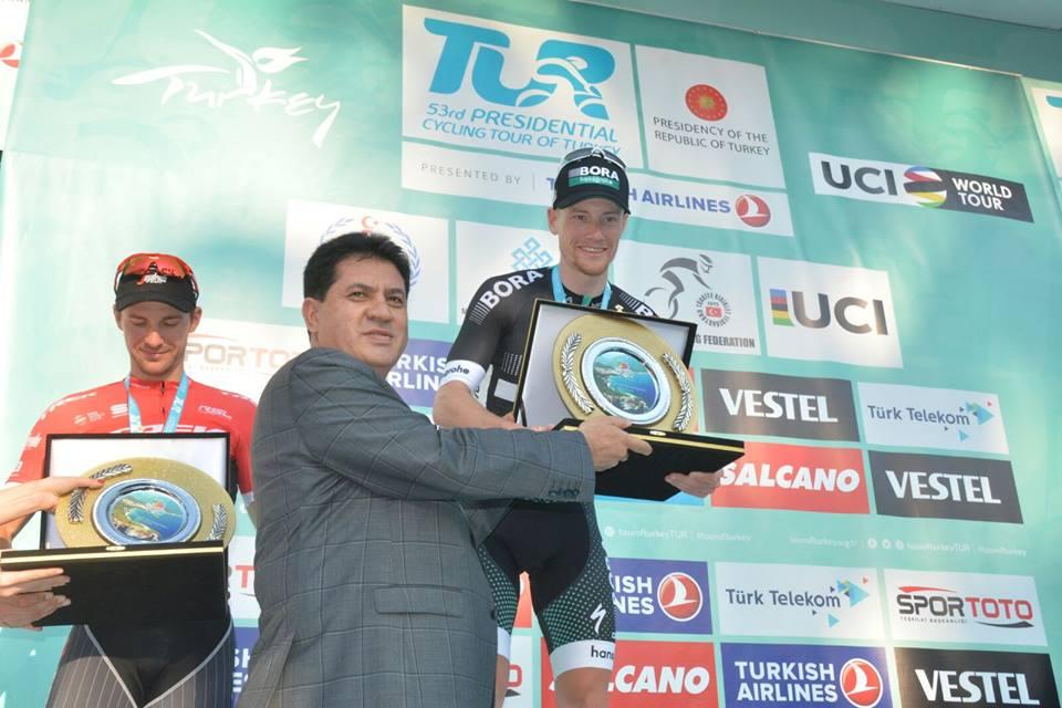 Başkan Gül, etabı başarı ile tamamlayan sporculara teşekkür plaketi verdi.