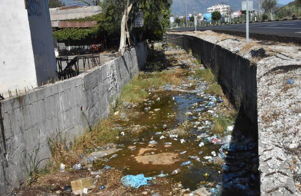 Kanal çöplüğe döndü