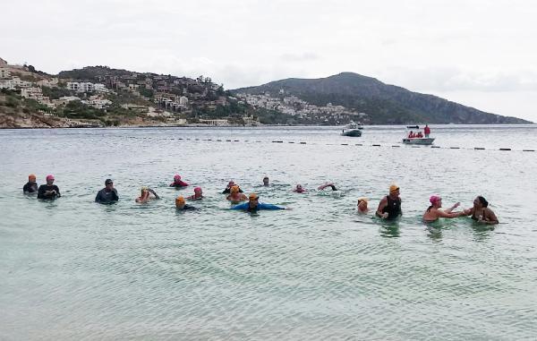 Yerleşik yabancılar sağlık merkezine yardım için yüzdü