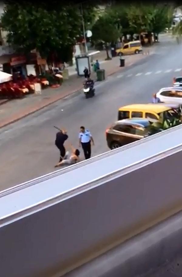 Yerdeki kadına tekmeli coplu müdahalede bulunan polisler açığa alındı