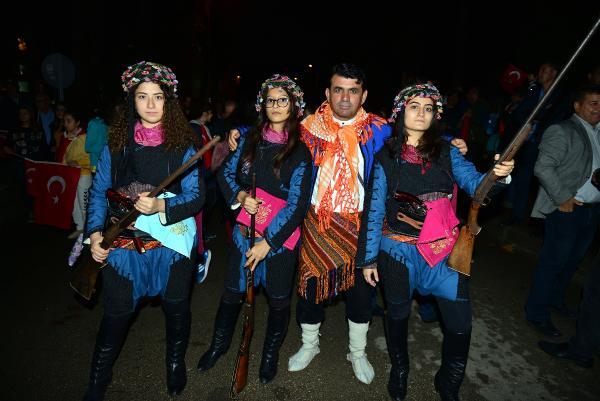 Kumluca'daki fener alayında efe kıyafetli kızlar ilgi çekti