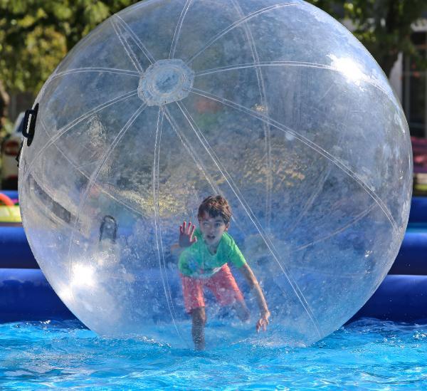 Şişme balon içinde havuz eğlencesi