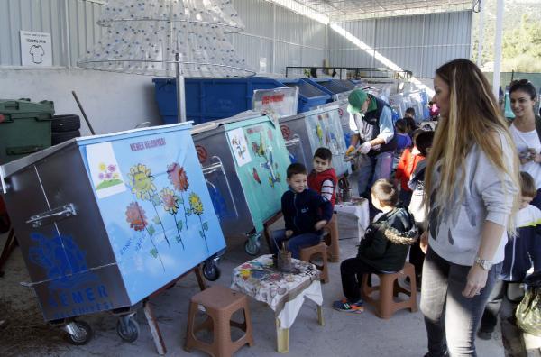 Anaokulu öğrencileri konteyner boyadı