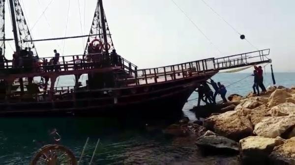 Manevra yapan tur teknesi kayalıklara çarptı