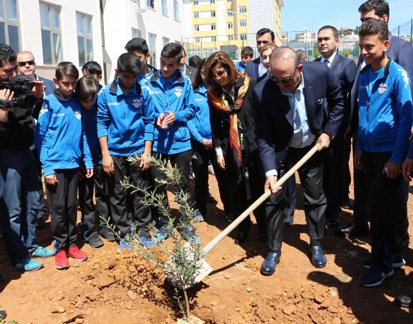 Bakan Çavuşoğlu ve eşi, Afrin şehitleri için fidan dikti