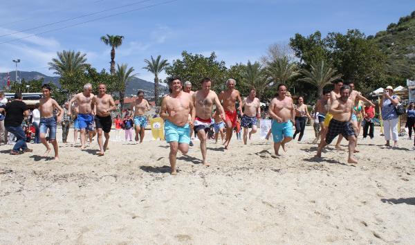 Alanya'da turizmciler ve turistler birlikte denize girdi