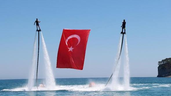 Flyboardla Deniz Üstünde Türk Bayrağı Açtılar