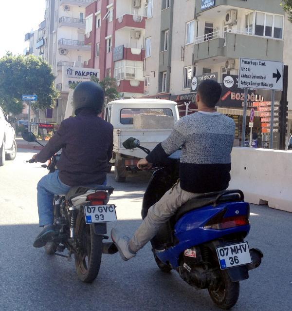 İki motosikletlinin yoldaki ilginç görüntüsü