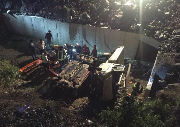 Kemerde Otomobille kamyonet çarpıştı: 8 yaralı