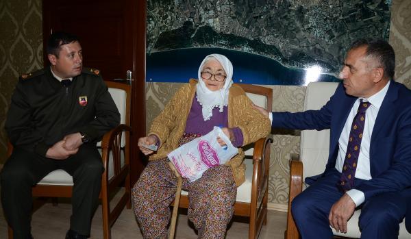 Döndü nine, yaşlılık maaşını Mehmetçik Vakfı'na bağışladı