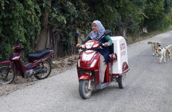 Motosikletiyle süt servisi yapıyor