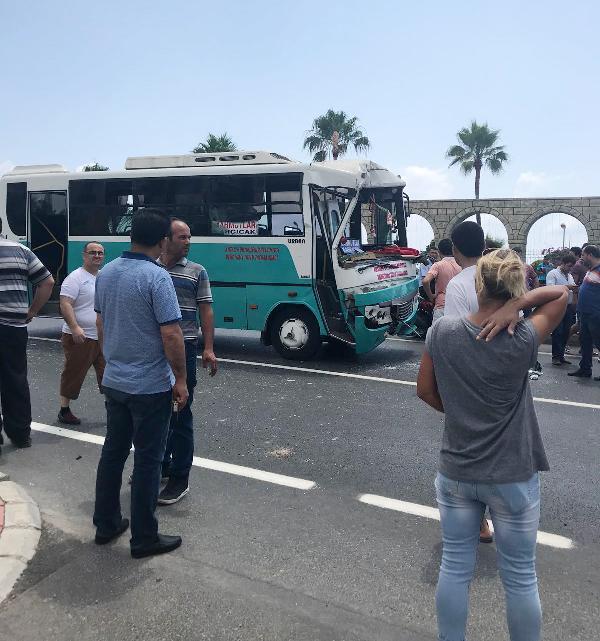 Yolcu midibüsüyle kamyon çarpıştı: 14 yaralı