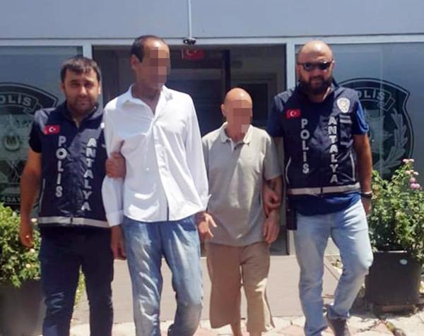 Alışveriş yapan kadının cüzdanını çalan Cezayirli yankesiciler yakalandı