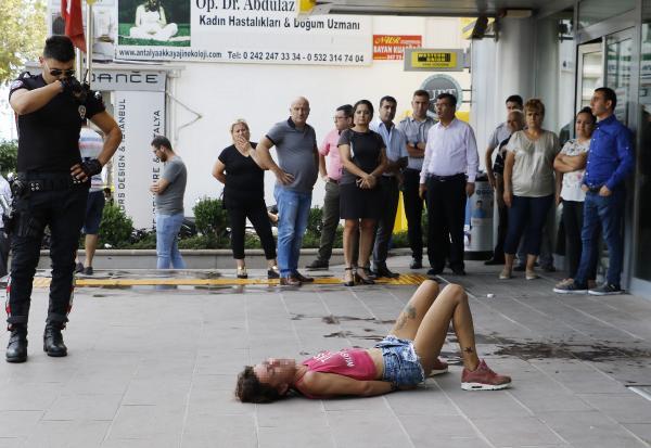 ATM'de kartı sıkışan kadın ortalığı birbirine kattı