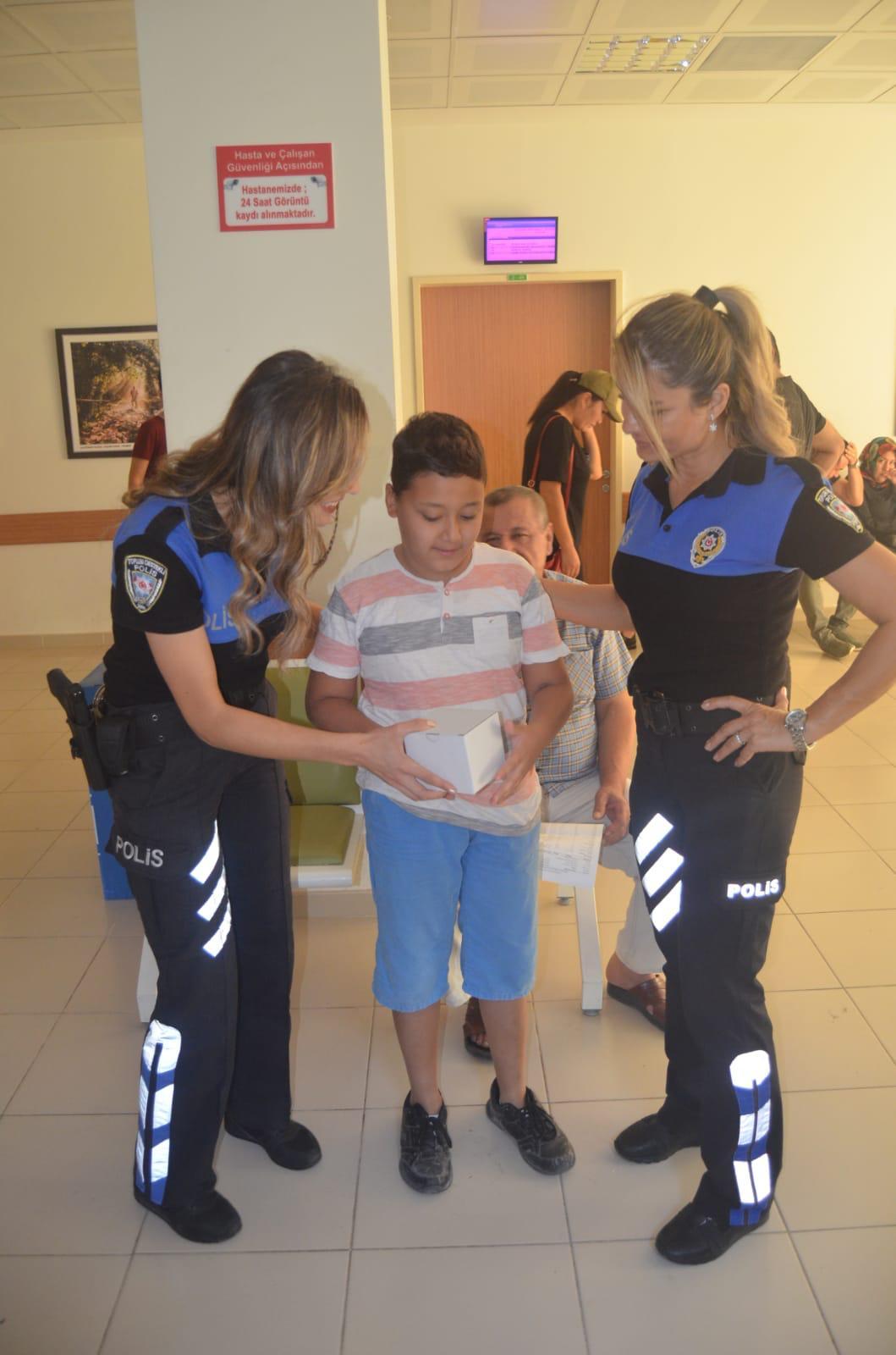 Polisten tedavi gören çocuklara moral ziyareti