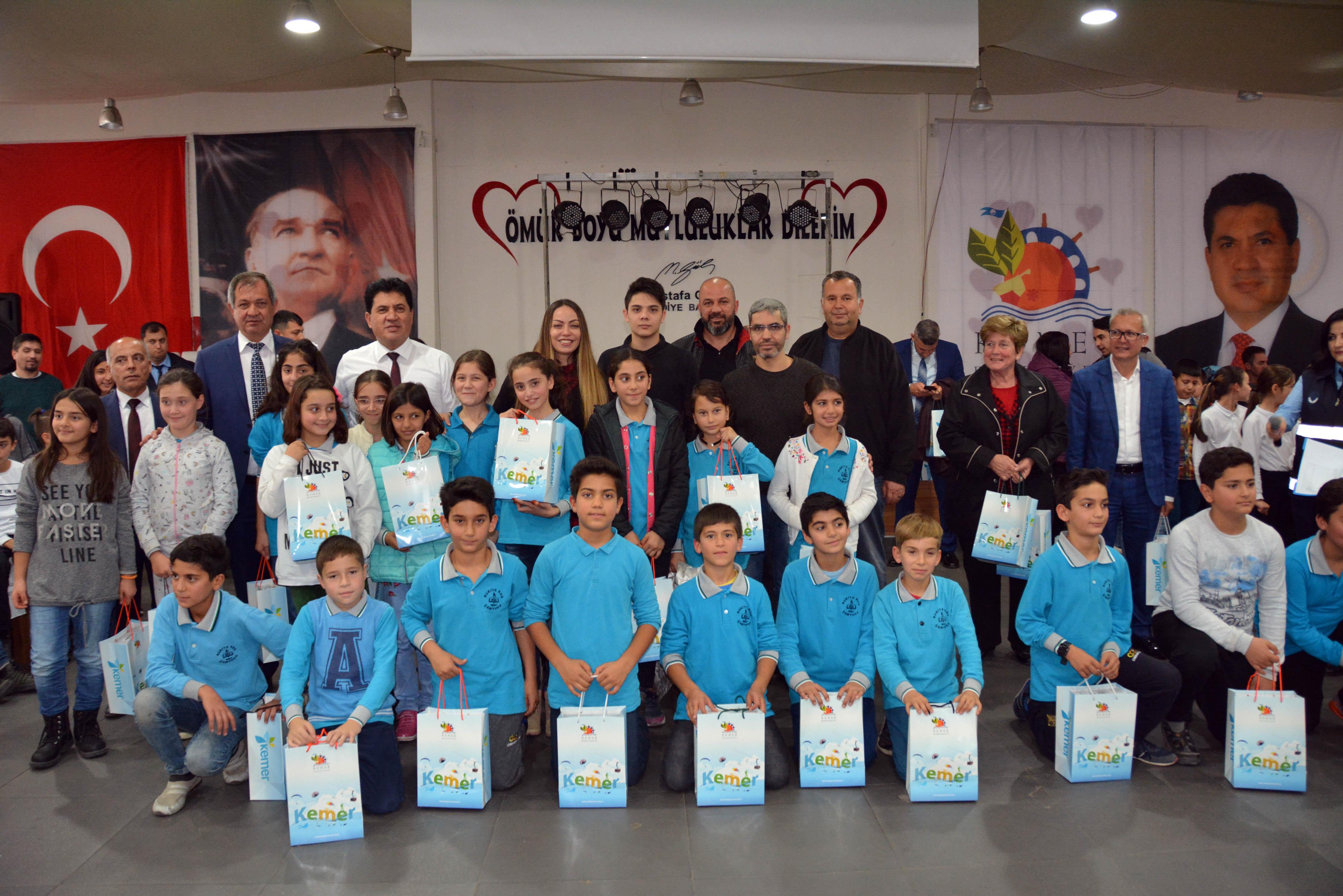 Kemer'de 500 öğrenciye tablet hediye edildi