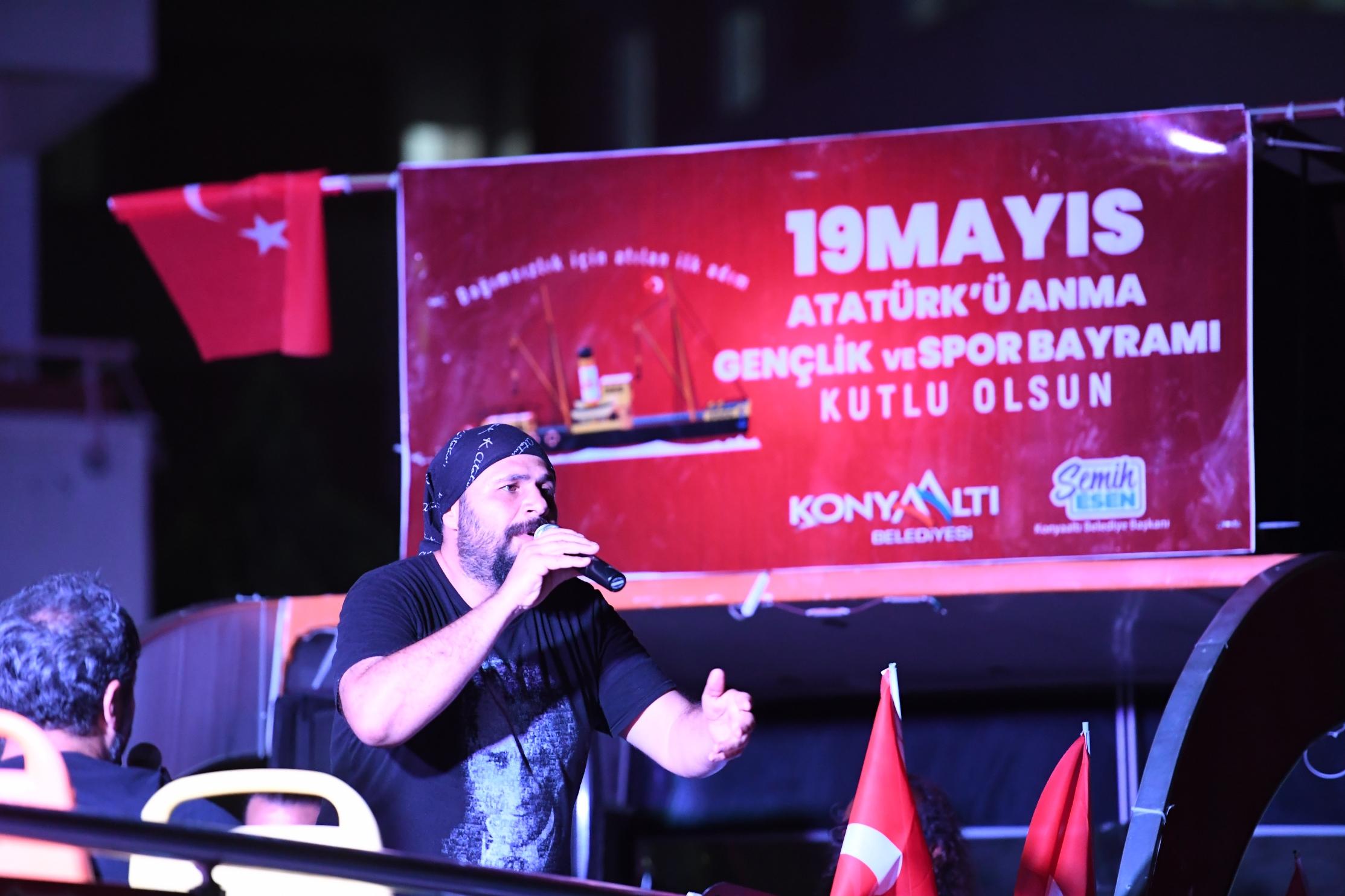 Konyaaltı'nda 19 Mayıs coşkusu balkonlara taştı