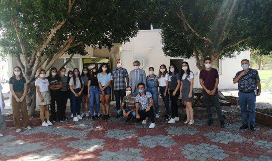 Necati Topaloğlu öğrencilerle bir arada