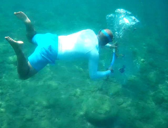 Kemer de Su altındaki atıkları pet şişelerle taşıyıp balıklara ev yaptı